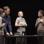 « Ce ne andiamo per non darvi altre preoccupazioni » (nous partons pour ne plus vous donner de soucis) de Daria Deflorian et Antonio Tagliarini au Théâtre de la Colline
