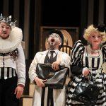 «Les Chevaliers de la Table Ronde» opéra bouffe d'Hervé, mise en scène Pierre-André Weitz, Compagnie Les Brigands, au Théâtre de l'Athénée, Paris.